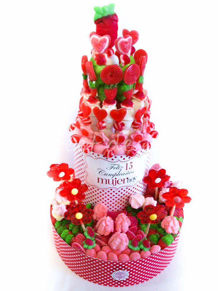 Tarta de Dos Pisos XXL de chuches en colores rojo, rosa y verde, principalmente. La Tarta de Dos Pisos XXL tiene un tamaño aproximado de 35 x 35 x 70 cm.