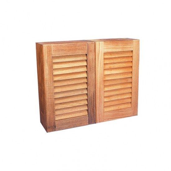 Voor een nautische badkamer! Dit extra diepe kastje kan aan een wand worden gemonteerd waardoor toiletspullen stijlvol uit het zicht opgeborgen kunnen worden. Achter de louvredeurtjes bevinden zich twee verstelbare planken.   Artikelnummer: 3026  41 x 33 x 15 cm