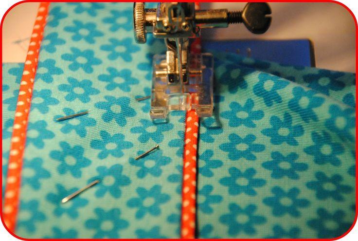 Som lovet kommer her en gennemgang af hvordan jeg laver en af mine kjoler. Denne model er med en krave lavet af 4 dele og halvt bælte. Nogle...