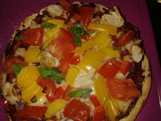 Paprikapizza (4 pers)  4 meergranen pitabroodjes 100 gr tomatenpuree 150 gr geraspte kaas 1 rode ui (in ringen) 1 groene paprika (in blokjes) 1 rode paprika (in blokjes) 400 gr cannellinibonen (blik,uitgelekt en afgespoeld) 12 kerstomaten 15 gr verse basillicum (grof gehakt)   Verwarm de oven voor op 220 C. Leg de pitabroodjes op met bakpapier beklede bakplaten en besmeer ze met tomaten puree.  Bestrooi ze met kaas   Verdeel de ui, paprika en bonen over de broodjes. Bak de pizza's 10-12…