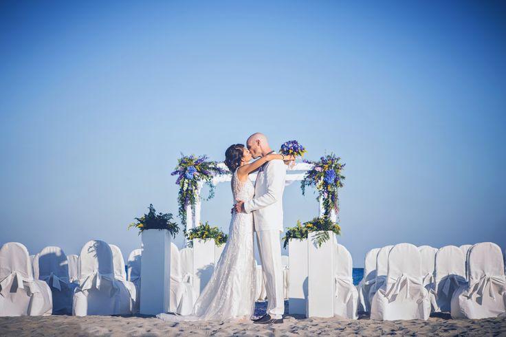 """Elena e Chad si sono sposati il 6 Settembre 2014 a Villasimius. Lei italiana, lui americano, hanno scelto la meravigliosa Sardegna per pronunciare il loro """"si"""" tra lacommozione e la gioia degli amici intimi e dei parenti più stretti. La preparazione degli sposi è avvenutaall'interno del Resort Pullman Timi Ama mentre la cerimonia si è …"""