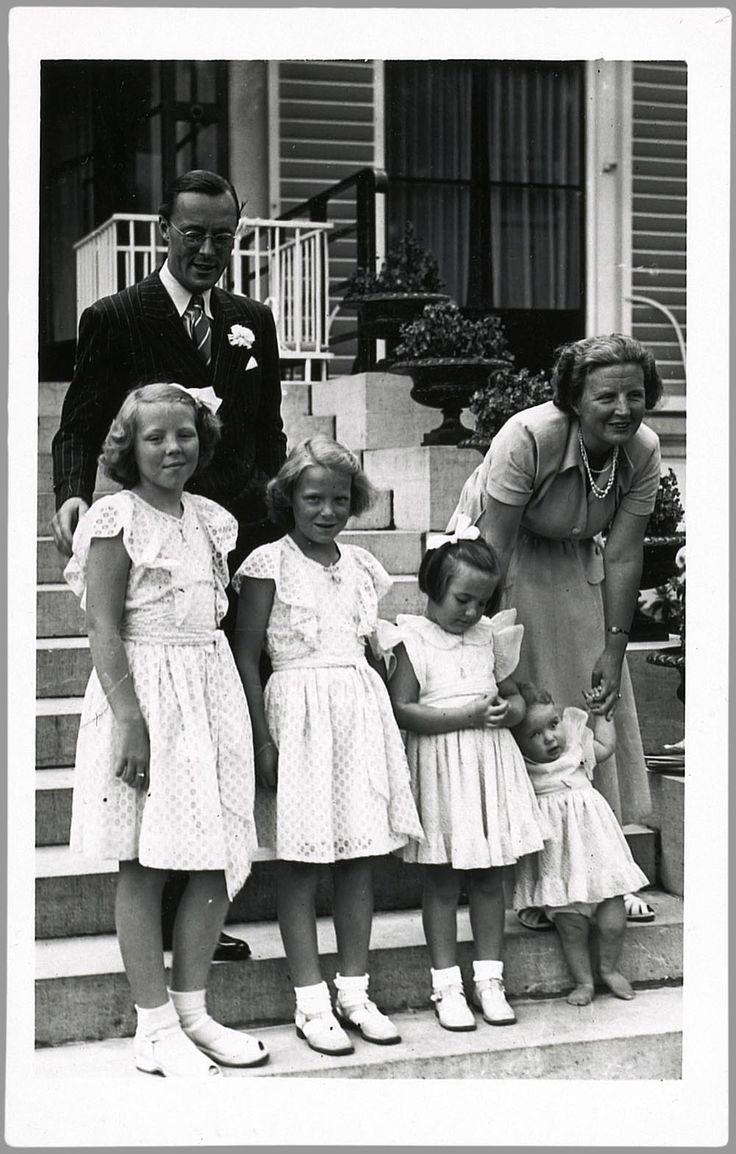 De koninklijke familie . Koningin Juliana, prins Bernhard met hun dochters ,Beatrix ,Irene , Margriet en Marijke . Later Cristina.