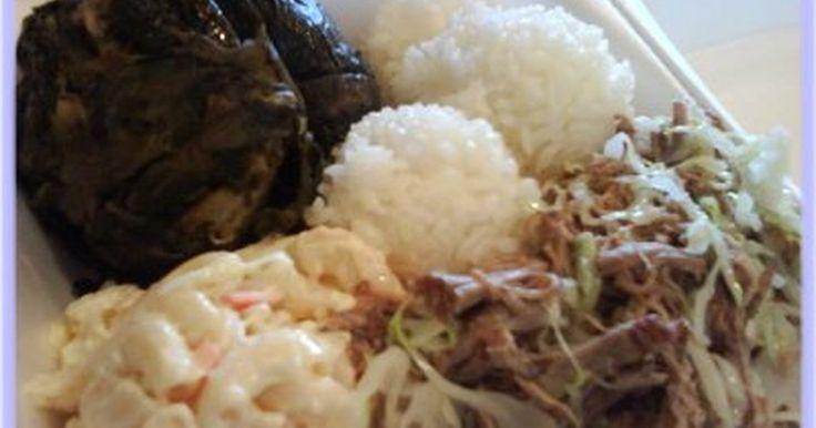 """¿Qué tipo de comida comen en Hawái?. Si estás de visita en Hawái no preguntes a la gente qué tipo de alimentos consumen. Pregunta a los lugareños o kamaainos, dónde encontrar algún """"Local Kine Grinds"""". Los platos más comunes de la cultura hawaiana incluyen carne de cerdo y pescado. Pide algunos Lau Lau o cerdo Kalua o un plato de Pipikaula si te gusta el cerdo. Come cerdo Ahi o ..."""