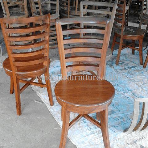 Kursi Cafe Jari Jari Lengkung Jati terbuat dari kayu jati yang kami sempurnakan dengan finishing natural, kursi yang kokoh dan awet.