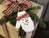 ✂ That's a Wrap ✂  diy ideas for gift packaging and wrapped presents - Sweet Snowman Mitten