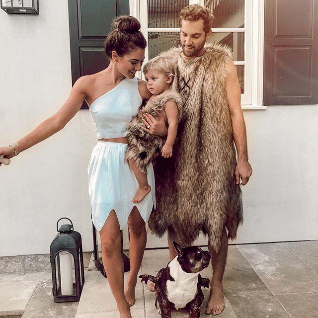 🎶 FLINSTONES, rencontrez les silex … 🎶 pouvez-vous croire que jake a dû porter une robe en fausse fourrure? 😂💥 aussi, notre enfant prend tout ce vêtement costume au sérieux et détruit tout dans notre maison avec une chauve-souris