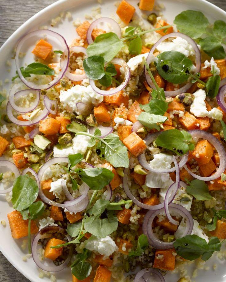 Deze vegetarische salade van geroosterde zoete aardappel, bulgur, rode ui, waterkers, feta én pistachenootjes knalt letterlijk van het bord!