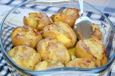 Most egy olyan köretet mutatunk, amely remekül illik a húsokhoz. A szaftos ételek elképzelhetetlenek nélküle! Hozzávalók: 8 db burgonya, 4 gerezd fokhagyma, vaj, olívaolaj, rozmaring, darabos tengeri só. Elkészítés: Mossuk meg a burgonyát és héjában főzzük meg, hagyjuk kihűlni. Tisztítsuk meg a fokhagymát és vágjuk apróra, öntsünk egy tepsibe, vagy[...]