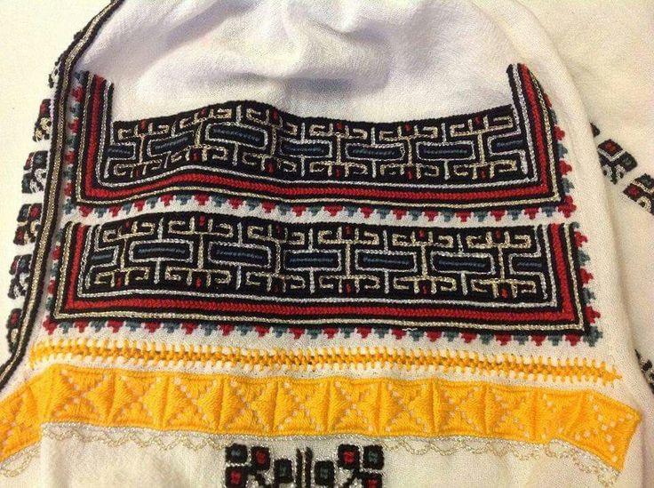 Romanian blouse - Vrancea region. Embroidery detail