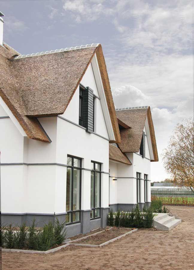 Ontwerp voor een villa op royaal perceel. Een ensemble van verschillende bouwvolumes, zoals de vrijstaande woning, overdekt terras en bijgebouwen, vormen een harmonieus en geïntegreerd geheel. Mate…