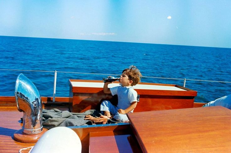 JFK Jr enjoys a CocaCola on a Labor Day weekend trip.(porn November 25, 1960 – July 16, 1999) ♡✿.❀♡✿♡❁♡✾♡✽♡ http://en.wikipedia.org/wiki/John_F._Kennedy_Jr.