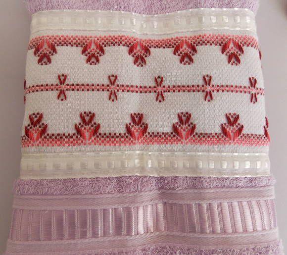 Toalha de rosto lilás com aplicação de faixa bordada em vagonite. Tamanho 49 x 80 cm marca Casa in.