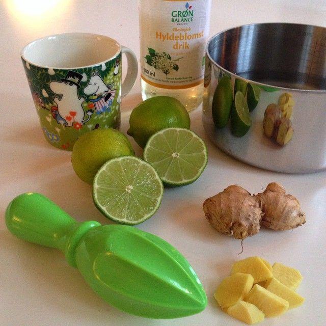Snueknuser: Ingefær skåret i stykker, mængde efter smag og styrke. 1 lime - presset. Hyldeblomst saft. Vand. 1 glad kop. Vand og ingefær koges i ca 5 min. Til du kan smage det kradser lidt. Hæld hyldeblomst og presset limesaft i og evt. skallerne. Lad simre lidt. Smag til og hæld op i en glad kop og pynt med friske lime stykker.