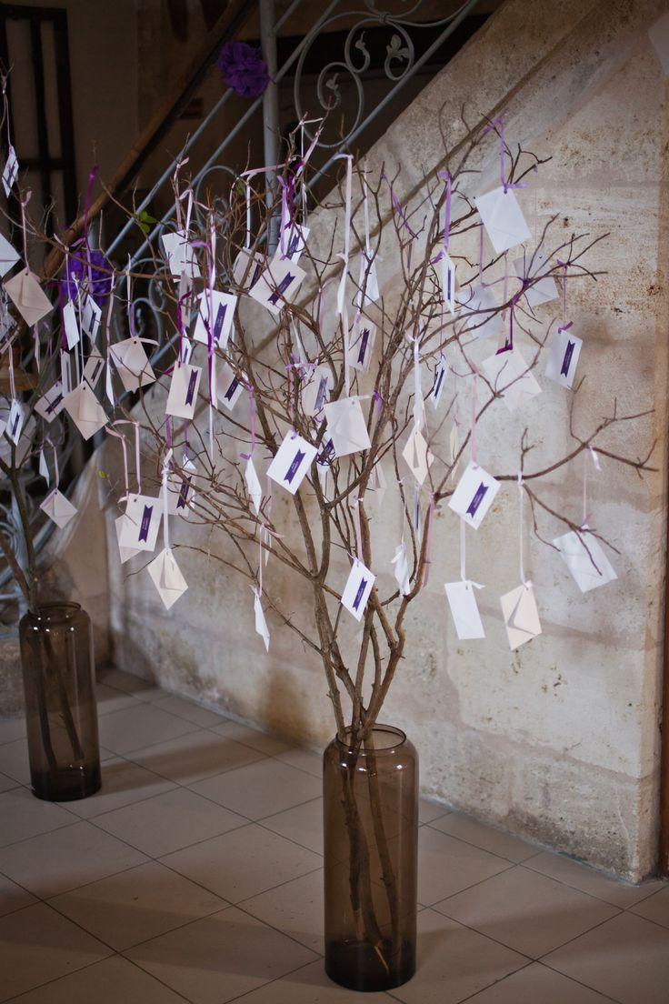 Faites comme Anna et Yoann en fabriquant un arbre plan de table avec de petites enveloppes personnalisées avec des stickers au nom de chaque convive. Dans chaque enveloppe était glissée un carton indiquant le numéro de table. Une décoration chic et élégante !