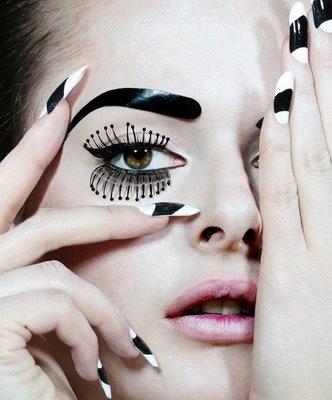 nietypowe rzęsy plus biało-czarne paznokcie