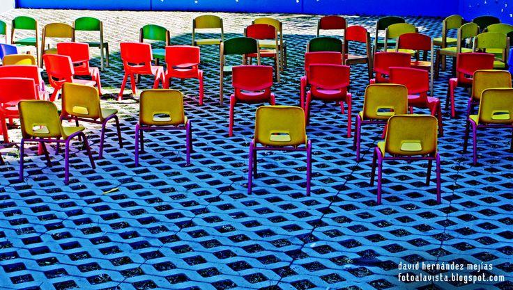 MARCIANITOS DE LOS 80 (SPACE INVADERS).  Sillas infantiles de colores en el patio de una guardería que por su disposición, forma y colorido, me recuerdan al juego de marcianitos de los años 80 que se llamaba Space Invaders.  Si estás interesad@ en adquirir esta fotografía, pide presupuesto en fotoalavista@alavistacreatividad.com. Te la imprimimos para decorar tu casa o lugar de trabajo, en el tamaño y material que prefieras (papel fotográfico, vinilo adhesivo, lienzo, lona, etc.).