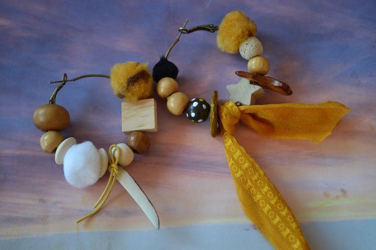 """Grandes créoles dépareillées """"Les naturelles et zébrées d'Automne"""" avec soie de sari jaune safran, pompons blancs et zébrés, : Boucles d'oreille par les-perles-de-eihpos"""