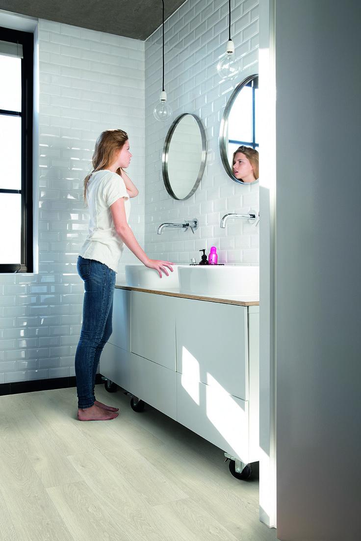 Quick-Step Livyn Flooring - Pulse 'Sea breeze oak light' (PUCL40079) in a modern bathroom. To find more bathroom inspiration, visit our website: https://www.quick-step.co.uk/en-gb/room-types/choose-the-perfect-bathroom-flooring #salledebains #badkamer