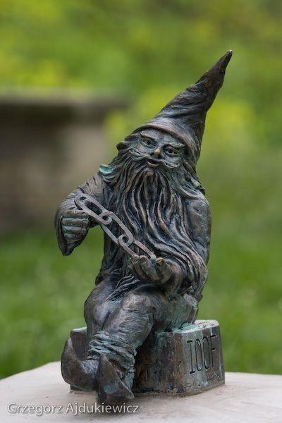 """fotograf Grzegorz Ajdukiewicz. OddLudek the dwarf in Wroclaw, in """"Old City"""" Park"""