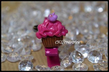 Bague réglable fimo forme cupcake rose framboise. La bague cupcake mesure 2 X 2 cm. Le cupcake est fixé sur une bague support en métal. Couleur: marron, rose framboise, mauve. La bague cupcake est vendue seule. Fait main.