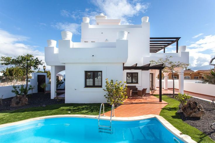 Villa Olivain Corralejo, Fuerteventura is a great holiday villa, with private swimming pool. Situated within walking distance of the beach. Popular with both families with children and couples looking for a villa holiday in this vibrant resort. Featuring 3
