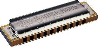Es un instrumento de viento, del grupo de instrumentos de viento-madera y del subgrupo de instrumentos de lengüetas libres. Se toca soplando o aspirando el aire sobre uno de sus agujeros individuales o sobre múltiples agujeros de una vez. La presión causada por soplar o aspirar en las cámaras de las lengüetas causa que la lengüeta o lengüetas vibren arriba y abajo creando sonido. Cada cámara tiene múltiples lengüetas de tono variable, de latón o bronce, que están sujetas aseguradas por uno…