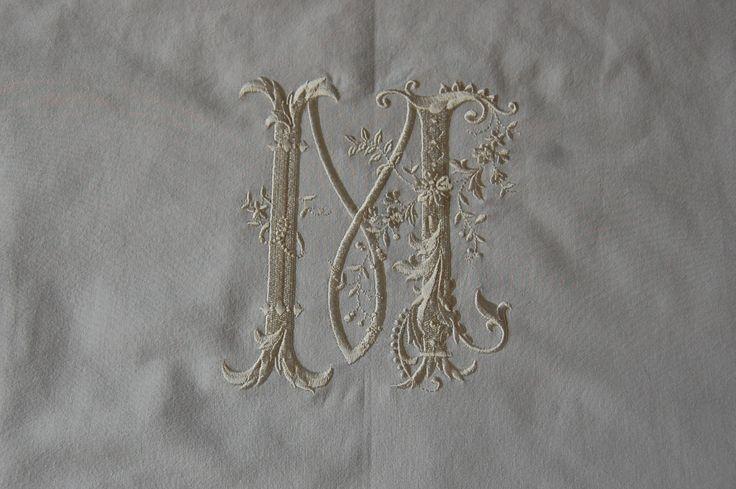 Marion P monogram op kussensloop