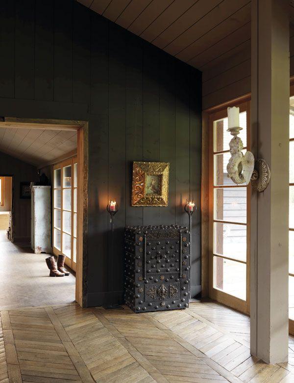 Mot korridoren som leder mot TV-stuen og soverommene. Den franske antikke safen er et funn fra en antikvitetshandel i Spania. De fire pilarene i stuen er en del av strukturen i det opprinnelige huset.