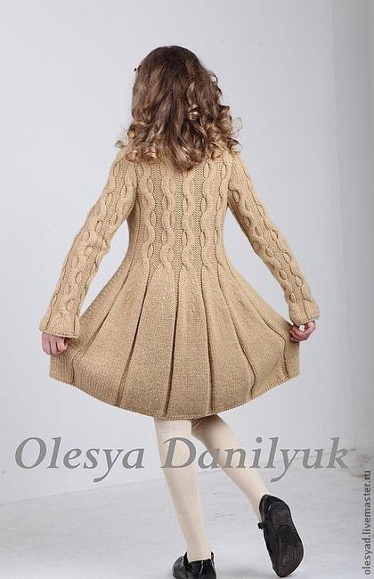 Купить или заказать Пальто для девочки в интернет-магазине на Ярмарке Мастеров. Актуальная тенденция сезона – вязаные на спицах косы. Плавное расширение создает девственно-романтичный силуэт, а правильно подобранная пряжа песочного цвета как нельзя лучше подчеркивает красоту и лаконичность узора. Эффектным продолжением рисунка является юбка «в складку», создающая иллюзию расплетенных внизу кос. Модель вяжется нитью в два сложения из необычайно мягкой пряжи, которую можно использов…