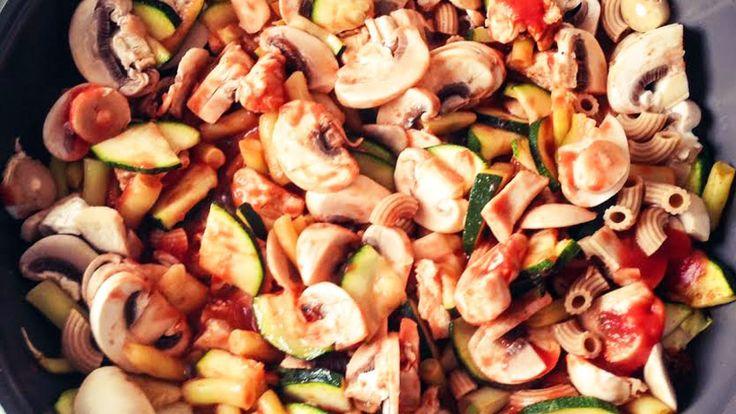 Serpenyős zöldség húskockákkal és tésztával, a diétázók nagy kedvére!