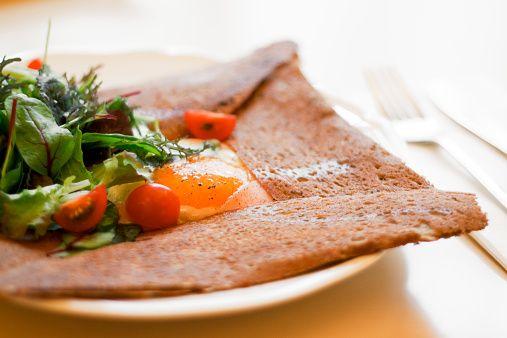 フランスで愛されているダークな色のクレープ、そば粉のgalette(ガレット)。本場フランスでは、手軽な価格で食べられるクレープ屋さん「クレープリー」が大人気!多くの料理人によってさまざまなガレットが作り出され、ガレットもクレープもたくさんの人に愛されています。手軽な食事として自宅でも作れる基本の作り方から、アレンジレシピ、本場の味を再現してくれるおしゃれなカフェの情報まで、たっぷりご紹介します!