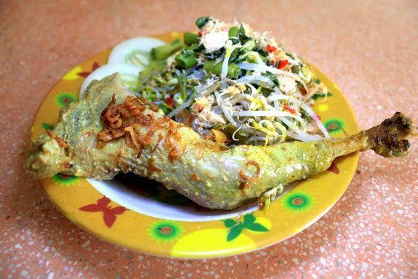 Nasi Lodho Tulungagung ini mirip dengan kare ayam, perbedaanya ayamnya dipanggang/diasap dulu dan disajikan bersama nasi/tiwul (tiwul adalah nasi yang terbuat dari gaplek/singkong) juga di kasih pelengkap gudhangan (kudapan) sayur-sayuran