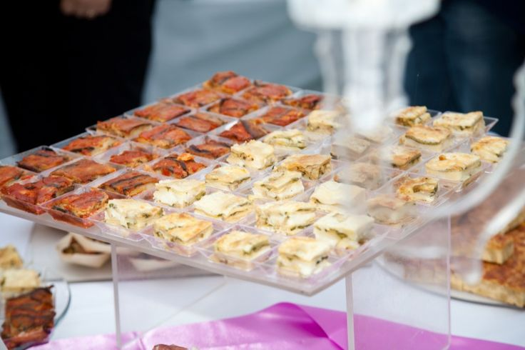 Specialità gastronomiche per un menù vegetariano: parmigianine di melanzane bianche e rosse