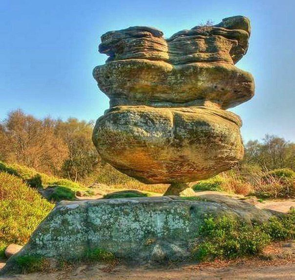 Камень Идола - это 200-тонный монолит, балансирующий на маленьком каменном постаменте. Находится он в Бримхаме, Англия. Туристы пребывают в некотором недоумении, как такая глыба может стоять на крошечном камне.