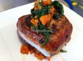 Solomillo de cerdo dorado con zanahorias y espinacas