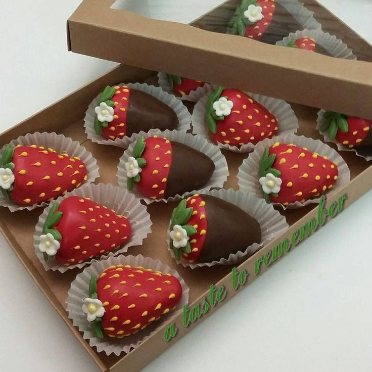 Cake balls shaped like strawberries and chocolate covered strawberries in their @brpboxshop boxes.