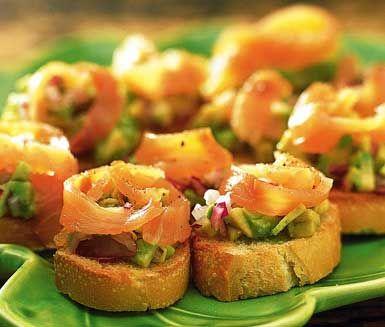 Det här enkla receptet på crostini med avokado och rökt lax är en riktig aptitretare. Frasig baguette med en röra av avokado, rödlök och citron toppat med en bit rökt lax. Himmelskt gott och alla dina gäster kommer att älska denna förrätt!
