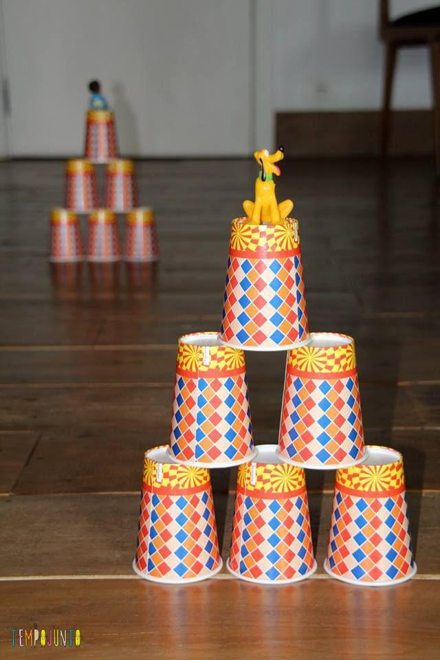 A torre de copos montada para fazer a pista de obstaculos