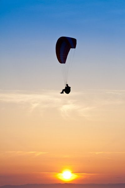 See the coloured sand cliffs and the beauty of Fraser Island from the air with a paragliding flight over Rainbow Beach #paragliding #fraser island