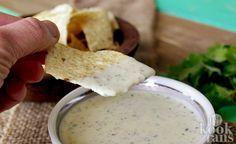 Je zult niet meer kunnen stoppen met eten! Voor borrelhapjes, chips en nootjes zijn wij altijd wel te porren. Nacho's staan ook hoog op ons lijstje van dingen die we graag regelmatig eten. Helemaal nacho's met een dipsaus eten we bij de vleet. Met name deze jalapeñodip laat onze nacho-dromen uitko