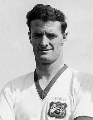 Liam Whelan + Dead in the crash. William Augustine Whelan, né le 1er avril 1935 et mort le 6 février 1958, également connu comme Billy Whelan ou Liam Whelan, était un footballeur irlandais et est l'un des huit joueurs de Manchester United qui ont été tués dans la catastrophe aérienne de Munich. Place sur le terrain: Milieu offensif.