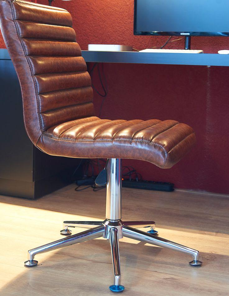 ROFRA Home - Eetkamerstoel Ortega is gemaakt van vintage leer met een speciale retro verf coating. Deze stoel is voorzien van een rvs draaipoot voor een moderne touch. Hierdoor is eetkamerstoel Ortega ook als bureaustoel te gebruiken. De eetkamerstoel past in elke ruimte en in ieder interieur. Wil je iets opvallends? Ga dan voor een blauwe of groene kleur! Ook een combinatie van de drie kleuren staat erg mooi. Eetkamerstoel Ortega is in diverse kleuren leverbaar.