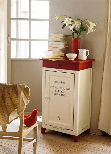 Un meuble peint comme un livre / A piece of furniture painted like a book                                                                                                                                                      Plus