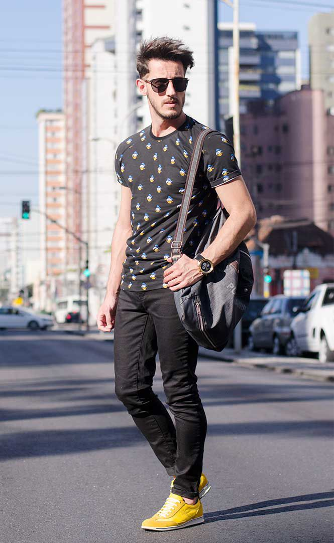 黒柄Tシャツ×黒パンツ×黄スニーカー