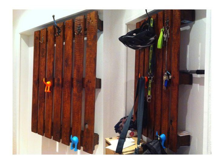 Europalette transformiert in Garderobe. Anstreichen, Harken aus dem Baumarkt und von Ikea anbringen und fertig ist die perfekte und große Garderobe mit versteckten Fächern hinter der Holzverkleidung.