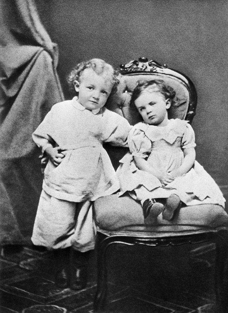 Lenin con su hermana Olga en Simbirsk (Uliánovsk) en 1874. Olga era el familiar más cercano del revolucionario. Murió muy joven a causa de la fiebre tifoidea. Lo primero que hizo Lenin cuando volvió de la emigración en abril de 1917 fue visitar su tumba en el cementerio de Vólkovo en Petrogrado.