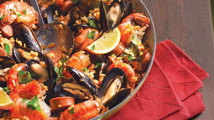 Riz espagnol au chorizo et aux fruits de mer sur le gril