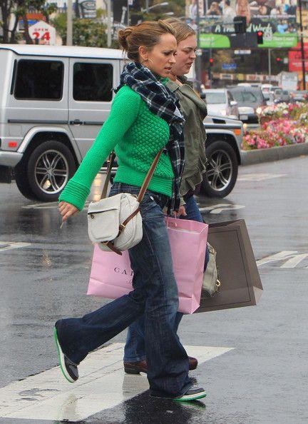Jennifer Love Hewitt Photo - Jennifer Love Hewitt Shops In The Rain
