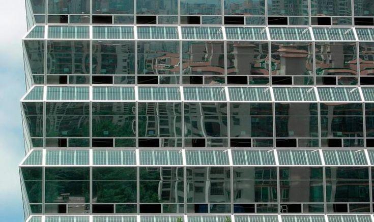 No segmento dos painéis fotovoltaicos, para a captação da energia solar e sua transformação em eletricidade, o momento atual é o de disseminação do uso de placas integradas a fachadas.
