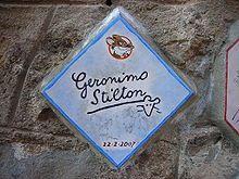 """La serie de libros narran las aventuras, historias y misterios de un ratón llamado Geronimo Stilton que trabaja de escritor y director de un periódico titulado """"El Eco del Roedor""""."""